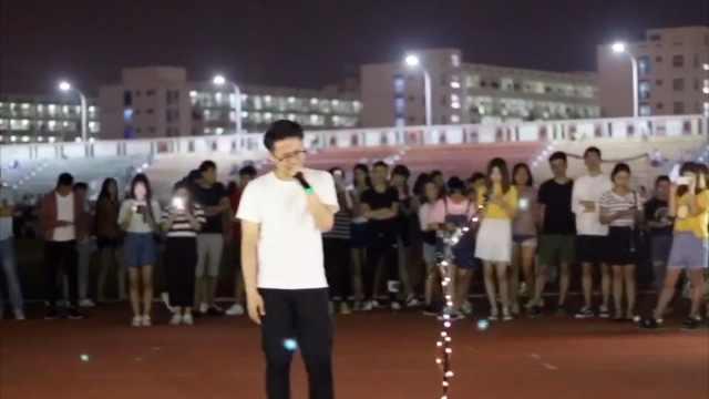 毕业生操场开演唱会,他唱哭了自己