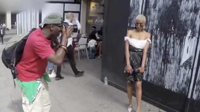 奇葩!黑人女穿塑料垃圾袋走时装周