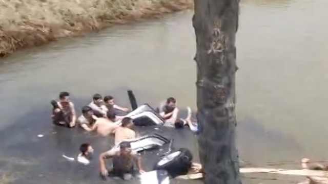 轿车失控坠河困5人,10余人跳水救