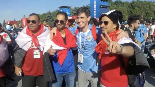 乌拉圭绝杀埃及,两国球迷场外合影
