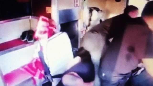 司机晕倒大巴狂奔,他救下全车乘客