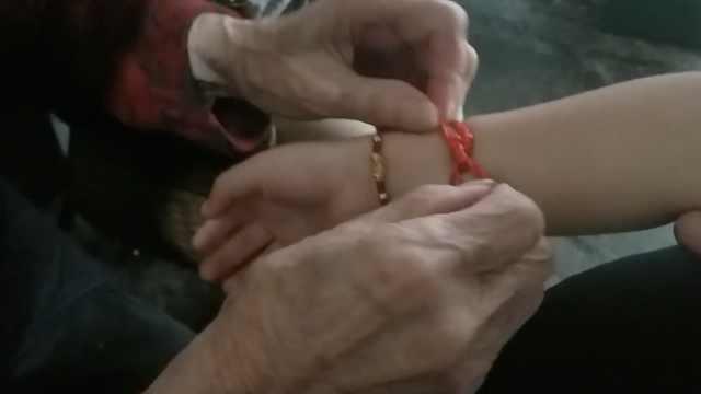 百岁老人庆生,乡邻排队请她栓红绳