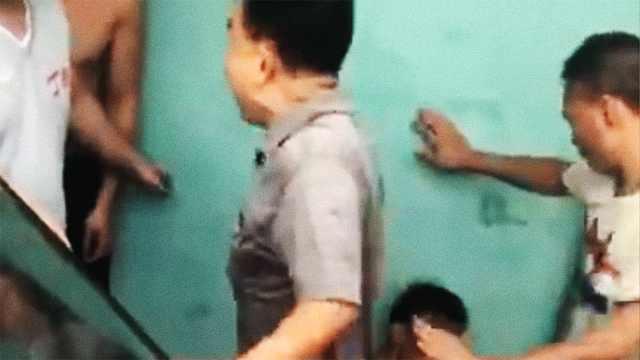 偷车贼被抓遭群殴,市民阻止劝报警