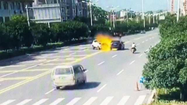 助力车载3人撞轿车,瞬间起火2死1伤
