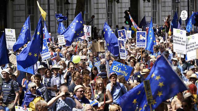 英国十万民众示威游行呼吁最终公投