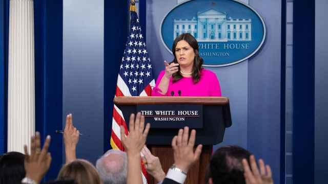 白宫发言人被赶出餐厅,公开倒苦水