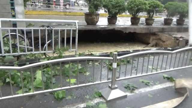 雨后人行道塌陷,地面现20平米大坑
