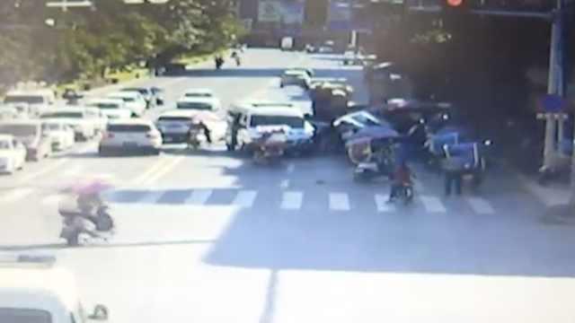 行人被撞卷车底,热心路人抬车施救