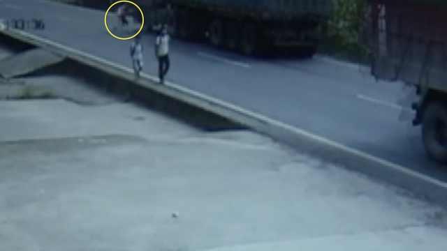 女孩闷头奔跑过马路,一头撞上货车