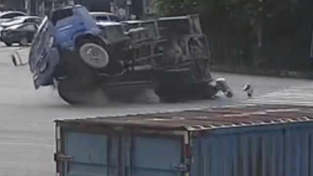 摩托突然变道,货车躲不及翻车压人
