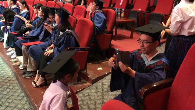 他帶女兒參加畢業典禮:分享快樂