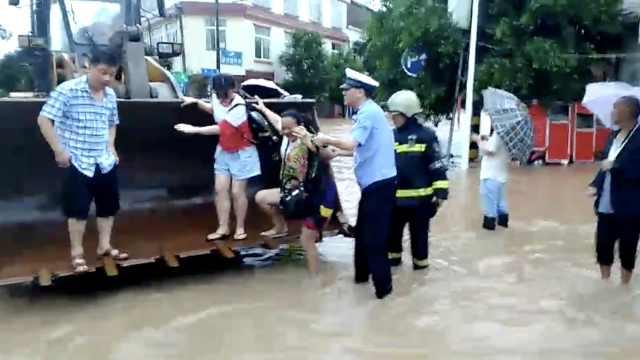 暴雨来袭街成河,铲车霸气蹚水救人