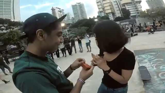 滑板男子装摔倒,起身后向女友求婚