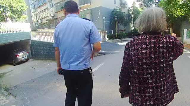迷路老人路边徘徊,交警护送其回家