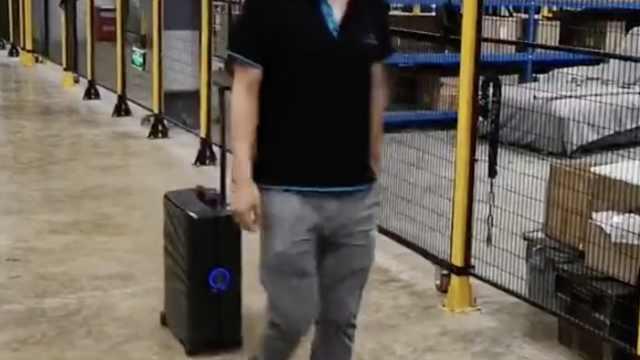 行李箱不用拉,自动跟着主人走