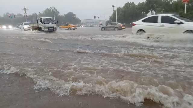江西抚州暴雨积水50cm,行车如踏浪