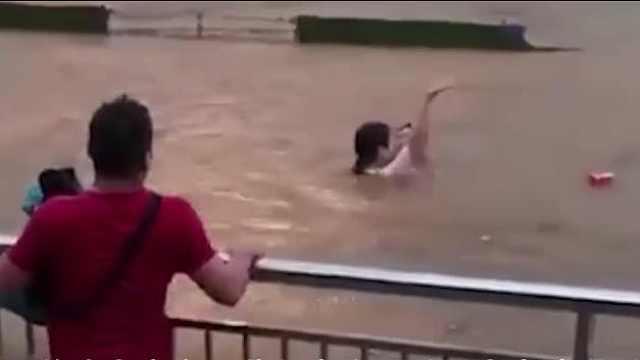 暴雨中积水没过车顶之际他伸出援手
