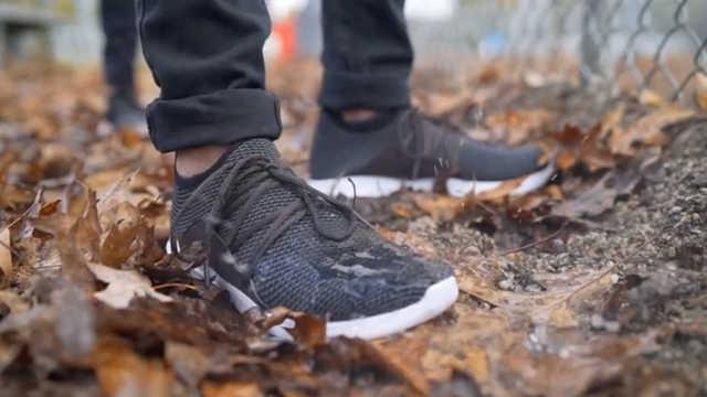 这双智能鞋看着普通,却能防水防臭