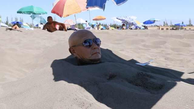 沙漠地表超70℃,他们把全身埋沙里