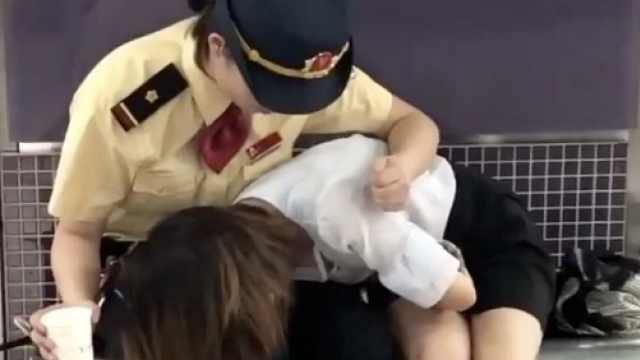 乘客突发不适,地铁站务员暖心陪护