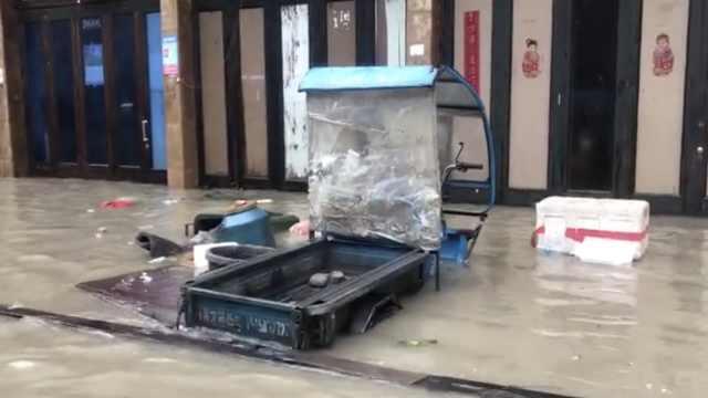 台风来袭海水倒灌淹街道,居民被困
