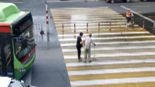 拄拐老人颤巍巍过街,女司机停车扶