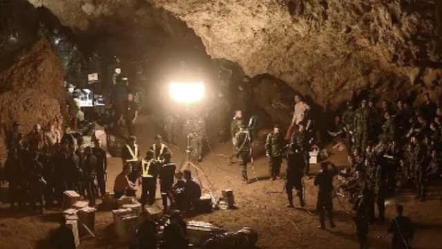 泰洞穴营救画面:少年被包裹抬出洞
