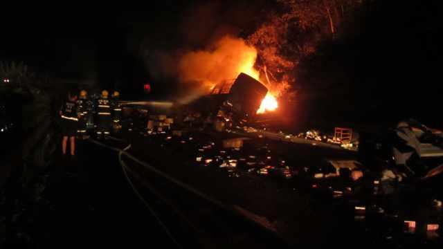 两货车追尾起火,司机受伤弃车逃生