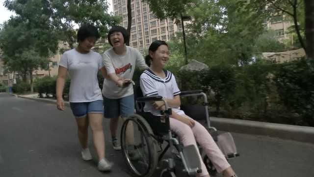 少女轮椅上学习,全班接送她上下学