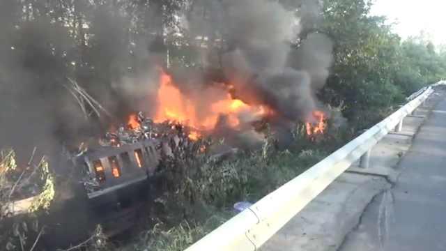 半挂车侧翻起火,百辆电动车被烧毁