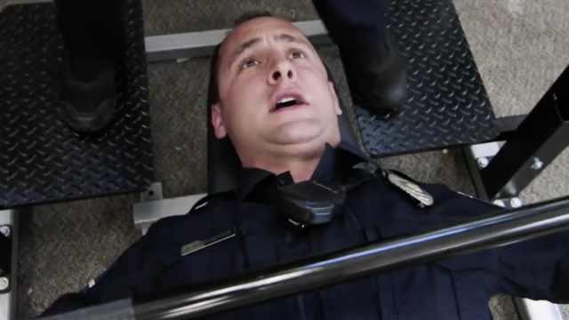 美国警察对嘴型,超欢快跳了一首MV