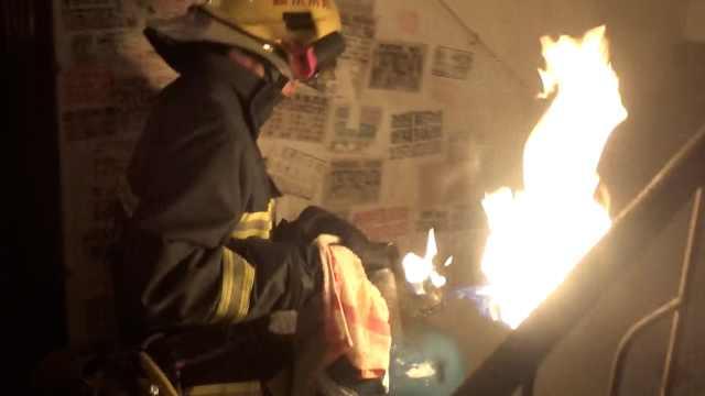 民房煤气罐起火,