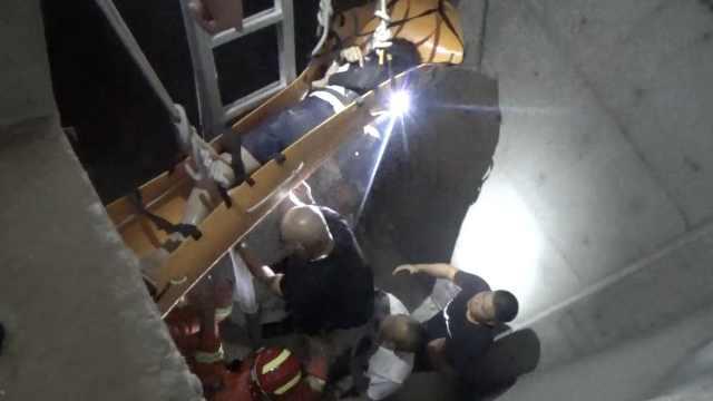 物业工人维修电梯,坠入5米深坑