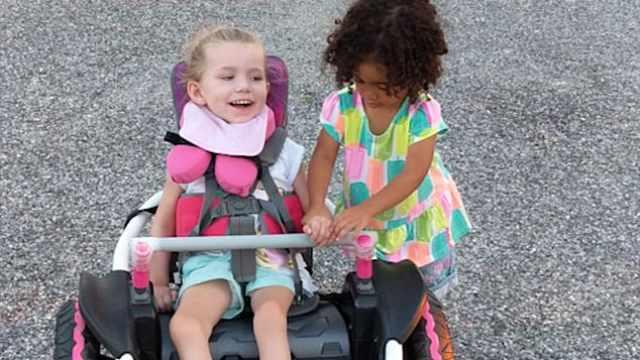 暖心友谊!女孩帮助残疾朋友试轮椅