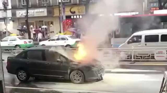 行驶轿车起火吓哭女司机:咋会这样