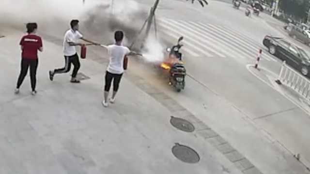 路边电驴起火,店员秒速冲出急扑灭