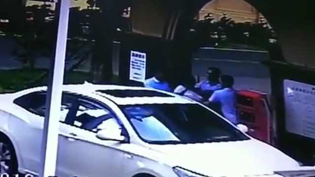 拦车登记起口角,3男子竟围殴女保安