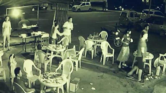 俩人酒后骂邻桌,对方想走却遭暴打