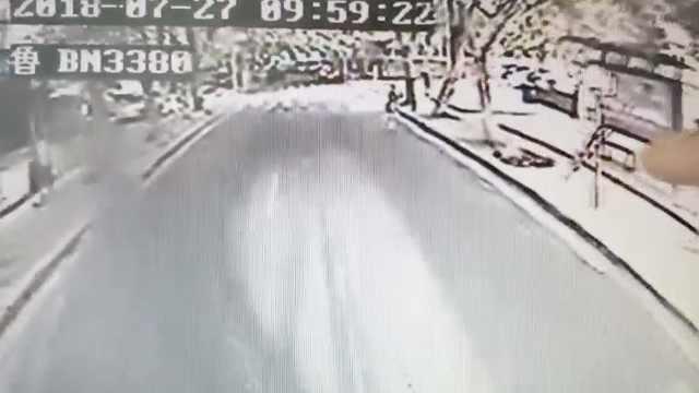 老人路边摔倒,公交司机停车搀扶