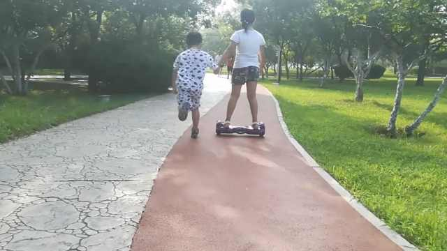 亲姐!她踩平衡车拉弟跑步:我比他累