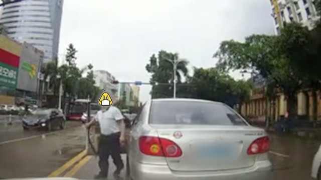 路怒司机疯狂别车还挑衅:要打架吗