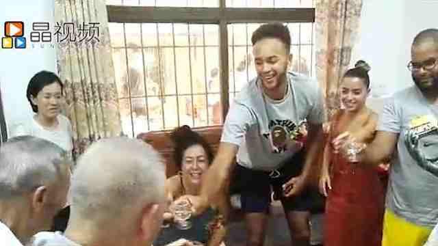 NBA球星安德森陪母亲深圳平湖寻根