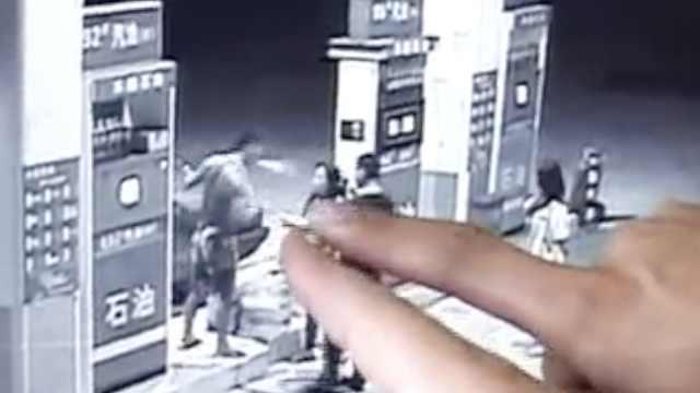 他加油站抽烟遇阻,竟问民警带枪没