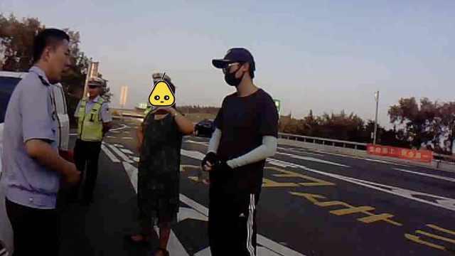 墨镜配口罩,他载女儿被当成人贩子