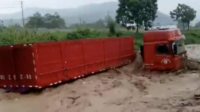 河南大雨引发山洪,大卡车水上漂走