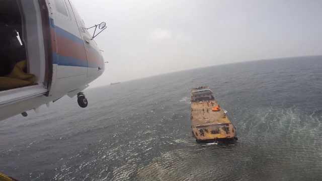 驳船下沉5船员点火求救,直升机救援