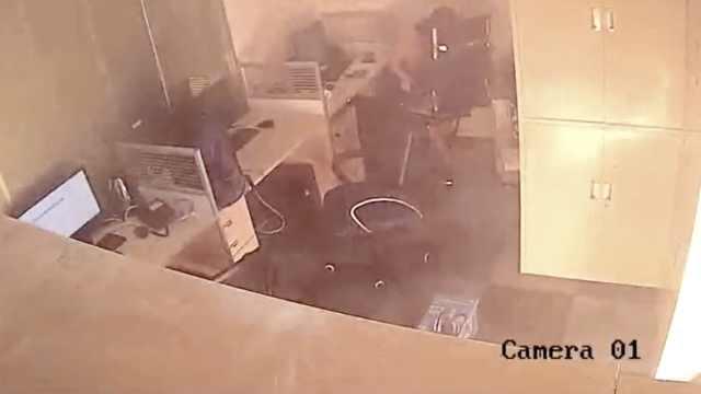 电动车充电突爆炸,大火吞噬办公室