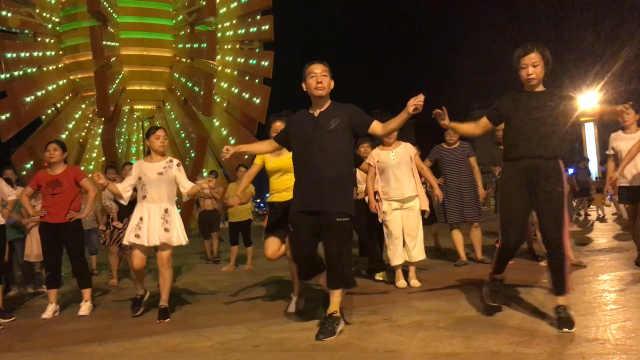 教授发起鬼步广场舞:引领潮流