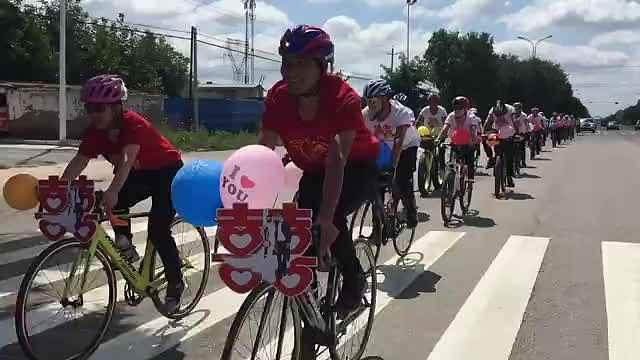 倡导低碳!单车健将30辆自行车迎亲