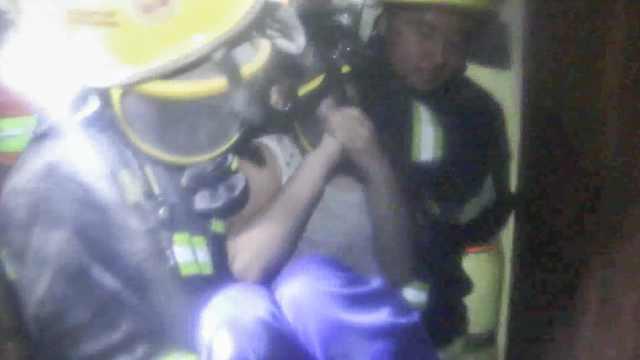 消防冒浓烟搜救,摘呼吸器给小女孩